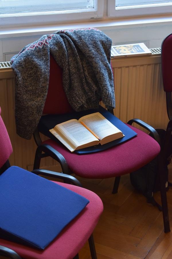 Platón Összes könyv széken ceruzával